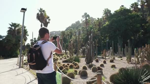 Guy megáll, hogy a képek a botanikus Park.