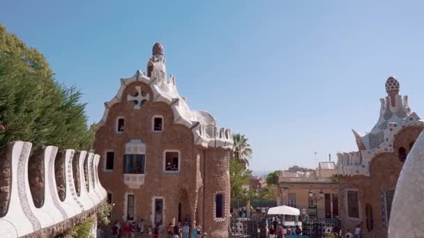 Barcelona, Španělsko září 2018. Krásná stará budova z Park Guell. Turistické místo na kopci Karmel v Barceloně, postavená v roce 1914 Antoni Gaudi. Stovky turistů chůzi ve veřejném parku