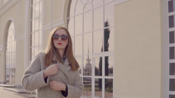 Stílusos hölgy sétálgatott egyedül a szabadban, a városban, csomagolás kabát