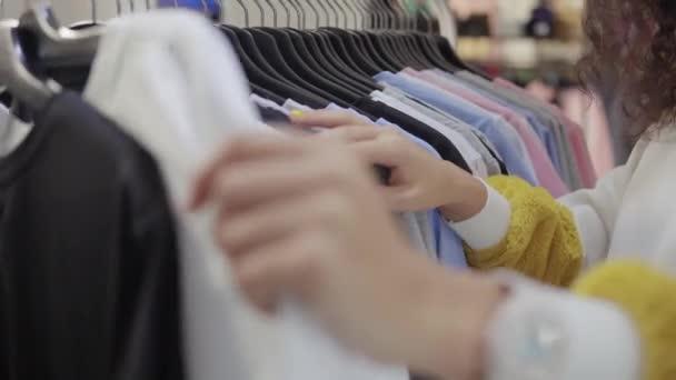 Samičí nakupující pro oblečení.