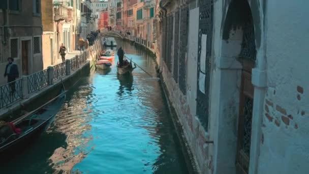 Olaszország, Velence-február, 2019: gondola van úszó átmenő keskeny csatorna belvárosában