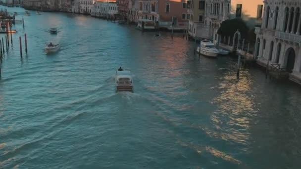 Itálie, Benátky, únor 2019. Byl zastřelen zezadu motorčlunu, který se dostává dál do kanálu. Evropská cesta.