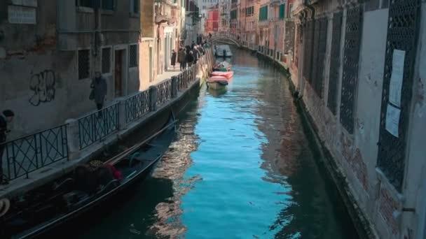 Itálie, Benátky, únor 2019. Krásná tradiční úzká průplavní ulice v Benátkách.