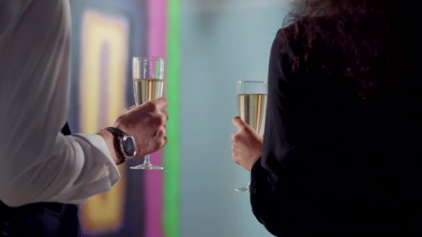Menschen halten Gläser mit Champagner bei der Eröffnung der trendigen Galerie, Nahaufnahme