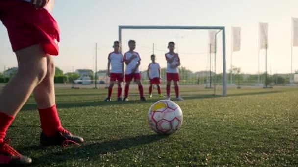Fotbalový fotbalista kope skrz zeď hráčů