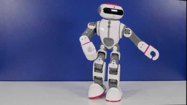 Robot na hraní tančí a hýbe