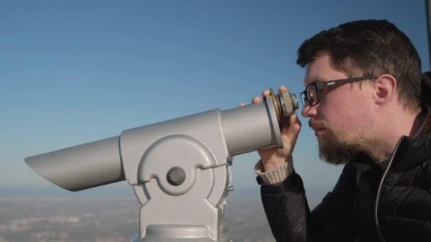 férfi összpontosít távcső a megfigyelő fedélzeten