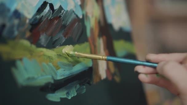 Detailní pohled na štětec umělce, dotykové plátno, kresba