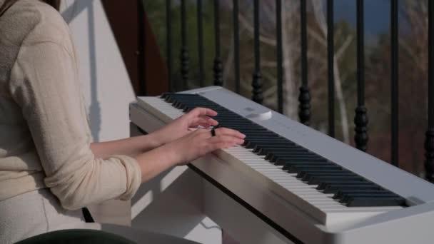dělat hudbu na balkóně bytu, pobyt doma období