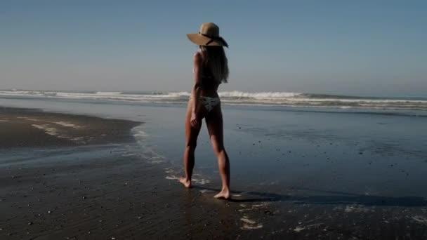 Vonzó modell séta a tengerparton