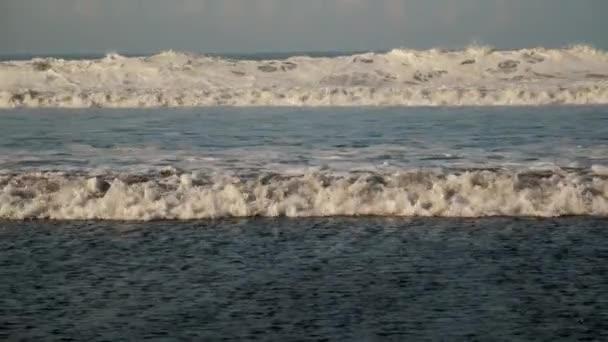 Óceánhullámok száguldanak a hullámvasúton.