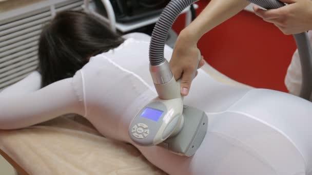Frau mit Verfahren der Anti-Cellulite-LPG-Massage, kosmetologische Klinik