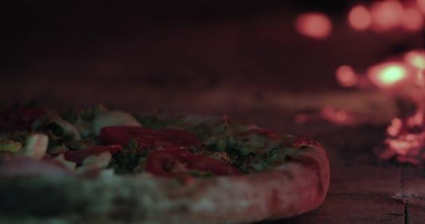 lahodná Pizza, pečená v tradiční peci na dřevo