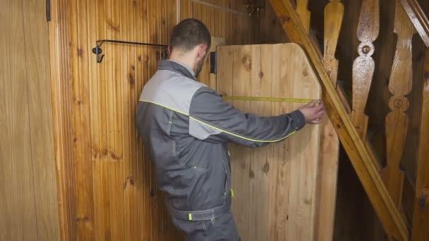 Pracovník vytvoří self-made dveře v dřevěný interiér