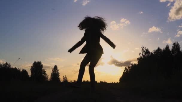 sziluettjét fiatal nő naplemente lassú mozgás ugrás