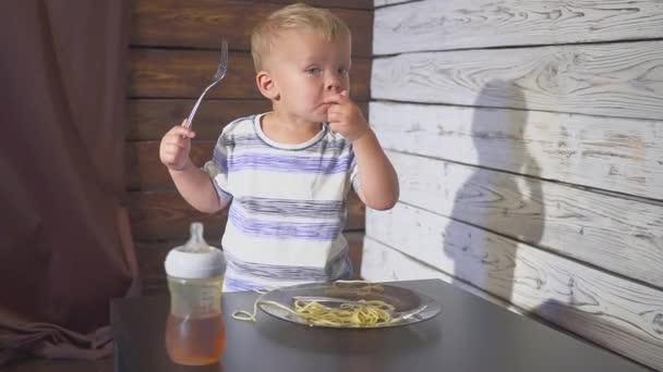 dvě uši staré Baby dítě jíst špagety doma nebo v restauraci dětské