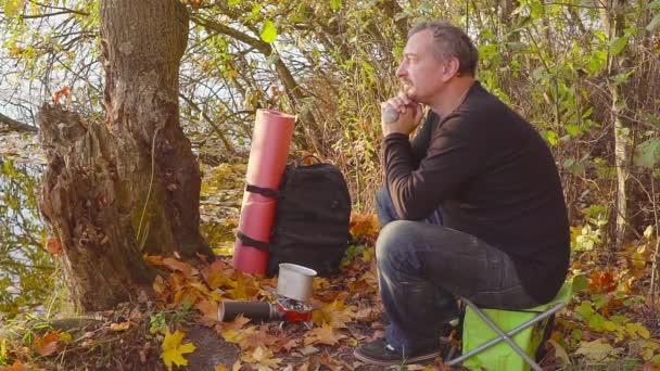 Főzés az őszi erdő a gázkazán. A turisztikai próbál az élelmiszer, a pot.