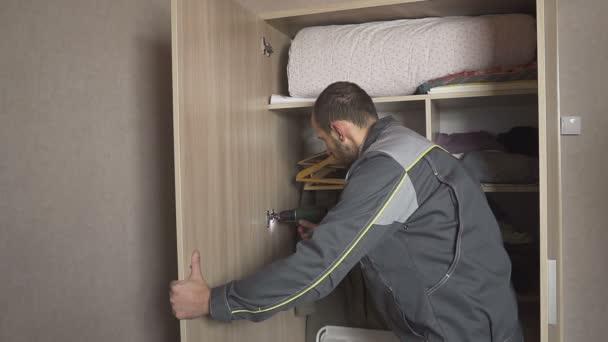muž s šroubovák montuje nábytek. HD