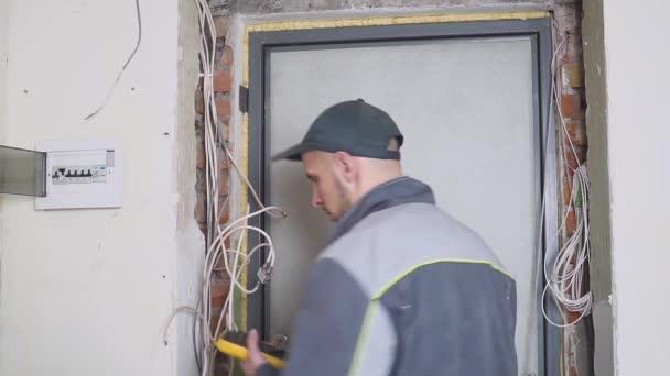 elektrikář v práci měří elektrický proud