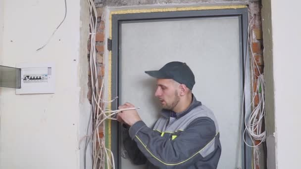 jeden elektrikář v práci o zapojení kabelu