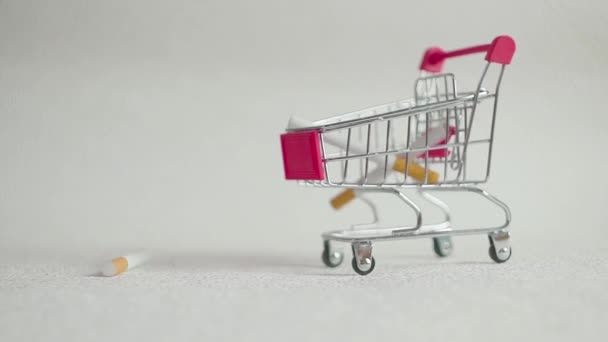 Zigaretten im Warenkorb. Zigaretten in Einkaufswagen. Konzept zu Gesundheit und Sucht.