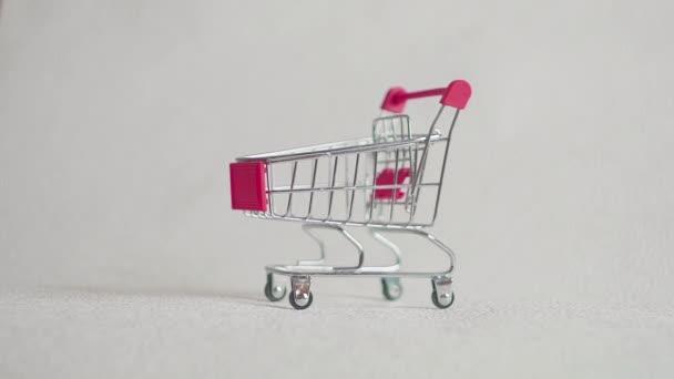 Medicína, prášky, lék nebo tablet v blistrovém balení v nákupní košík na bílém pozadí pro zdravotní péči a lékařské koncept