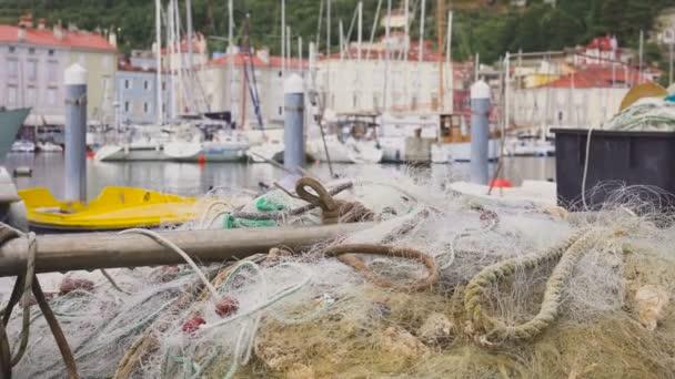 Fischerboote mit Treibnetzen geparkt in der Nähe der Seebrücke.