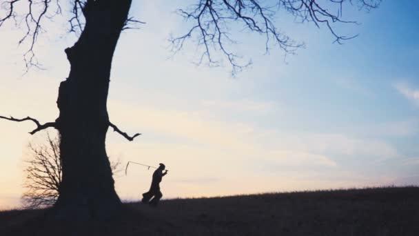 Sensenmann Sonnenuntergang Silhouette. Konzept des Todes. Weicher Fokus