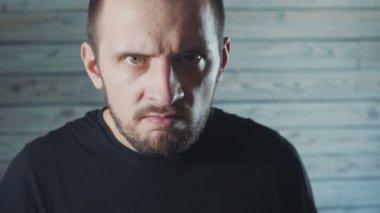 4216548c783 Man maniac with diabolical facial expression. close up — Stock Video