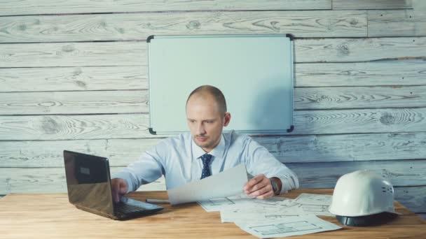 Inženýr nebo mistr pracovat s technickou dokumentací v kanceláři