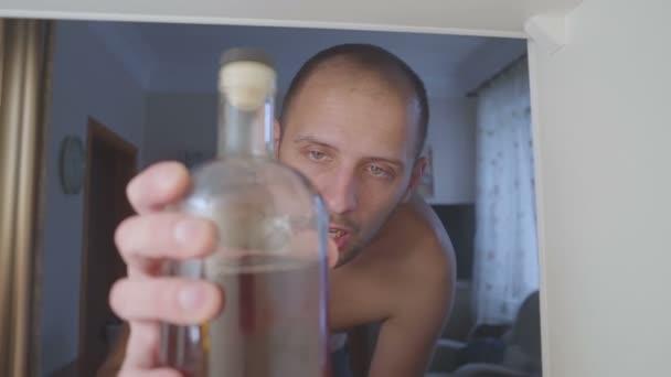 Alkoholische Getränke alkoholfrei-t-Shirt aus einer Flasche in den Schrank. traurig zu Hause Couch im Alkohol-Missbrauch und Alkoholismus-Konzept.