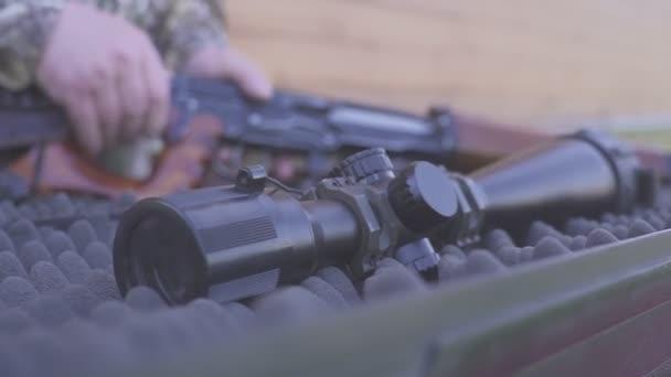 kezében egy vadász vagy mesterlövész csatolja a teleszkópos látvány a vadászpuska