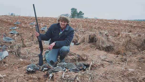 Boldog vadász a liba kitermelés. Liba vadász. vadászati trófeát