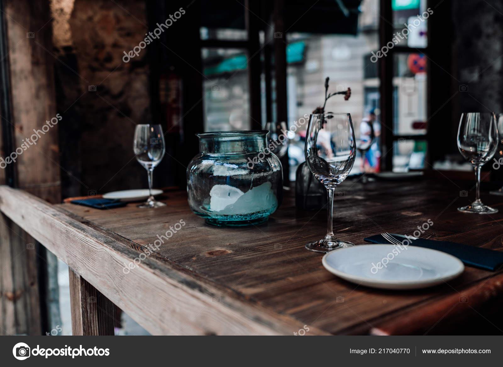 Einstellung Tischdekoration Mit Besteck Untertassen Leere Glaser