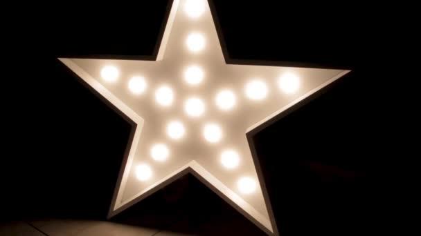 Velké dekorativní retro hvězda se spoustou hořící světla na konkrétní pozadí grunge. Krásná výzdoba, moderní designový prvek. Studio styl podkroví