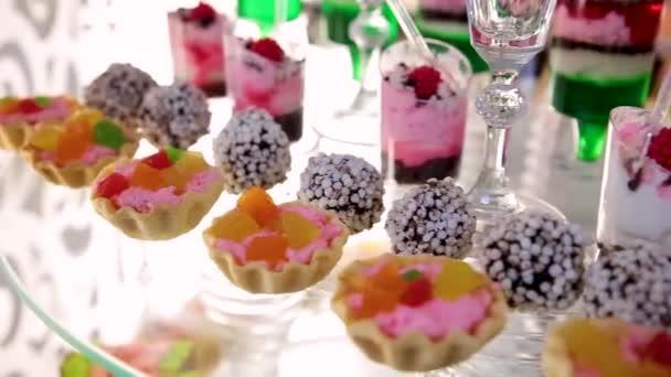 Tabulka s různými soubory cookie, koláče, dorty, koláčky a cakepops