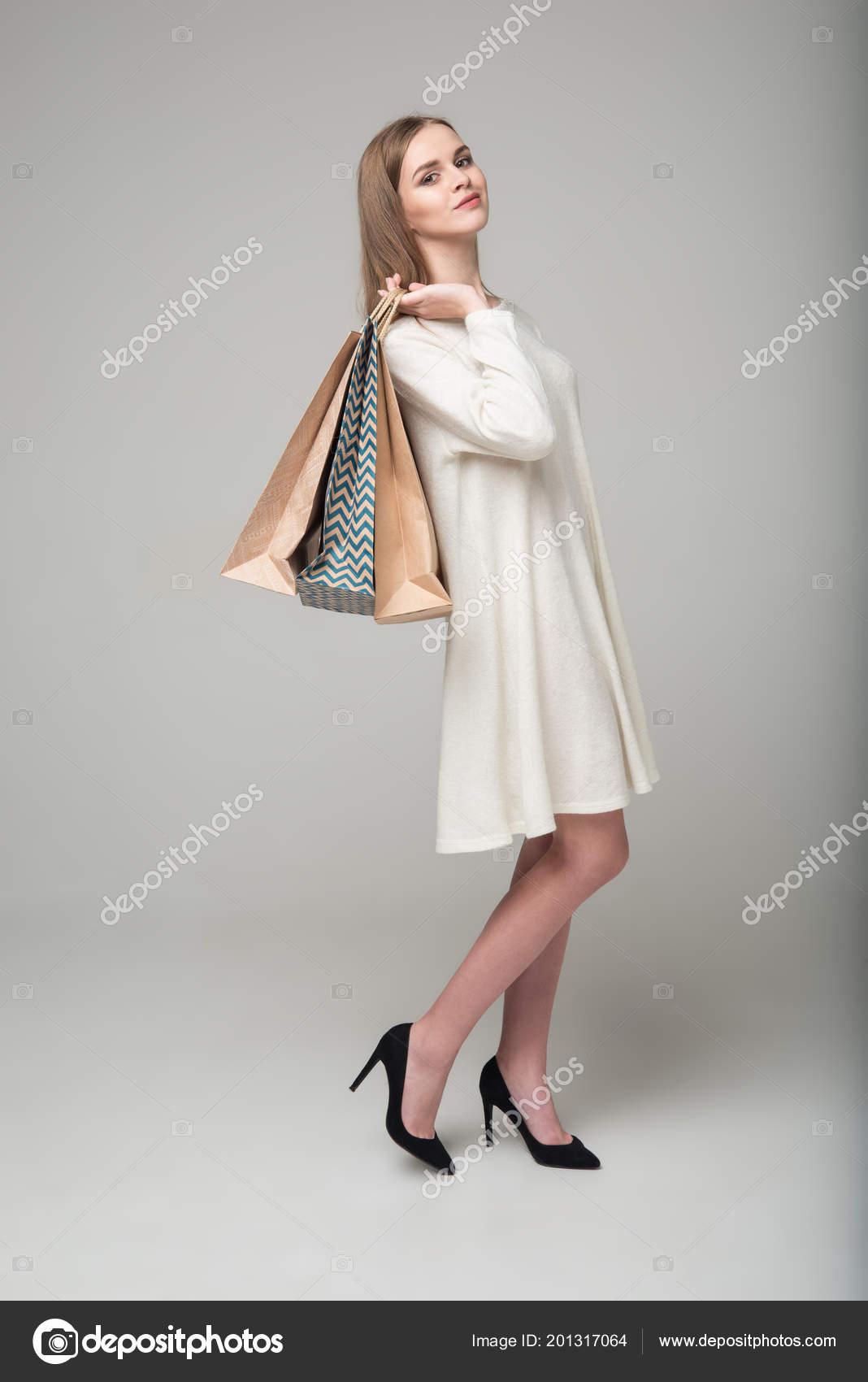 1766164a1250 Mladý Model Dlouhé Vlasy Blond Dívka Bílém Krátké Šaty Stojí — Stock  fotografie