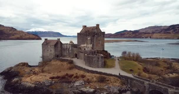 Skotsko, Velká Británie - březen 03, 2020: 4k Letecký záznam středověkého hradu Eilean Donan na podzim