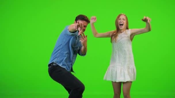 Zeitlupe springen und tanzen über einen grünen Bildschirm.