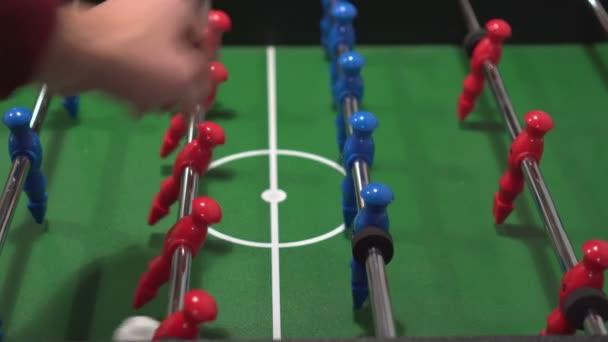 Stolní fotbal, známé jako stolní fotbal, modrá a červená hráči v fotbal kicker