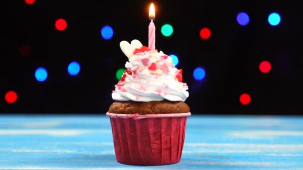 Barevný dort s jednou narozeninovou svíčkou