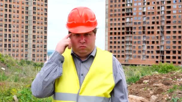 Mužský mistr, pracovník nebo architekt na staveništi ukazuje, že jste šílený