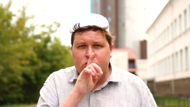 Muslimský muž, který dělá takové gesto, zvedá prst na rty v svůdním gestu, jak žádá o mlčení