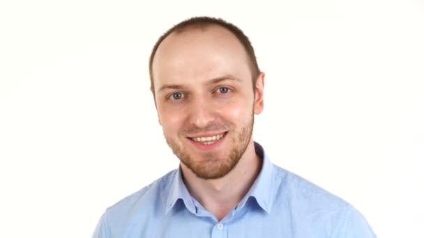 Jóképű európai férfi mosolyog. Portré a srác ing felett fehér háttér