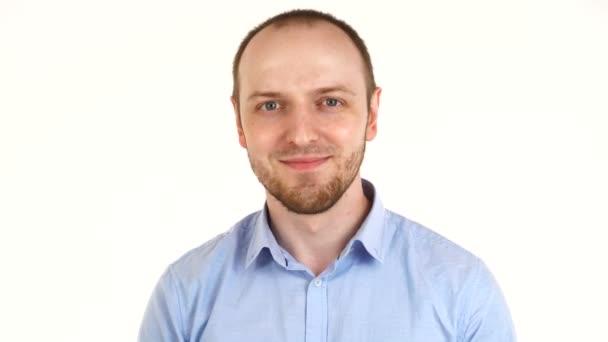 Portrét záběru Evropana, jak říká ano gestem hlavy