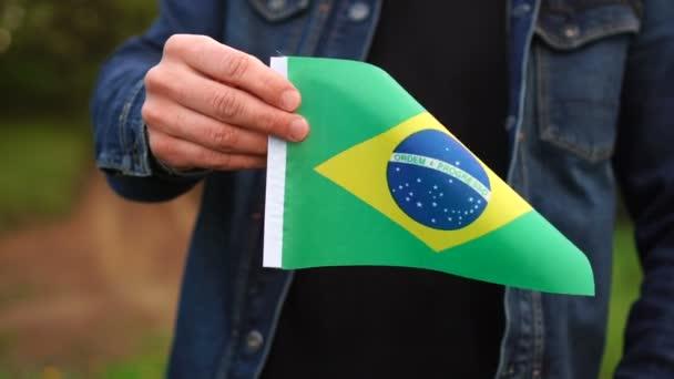 Muž držící venku brazilskou vlajku. Den nezávislosti nebo koncepce státních svátků