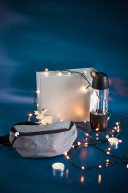 Noel ağacı süslemelerinin arka planında yeni yıl hediyeleri var.