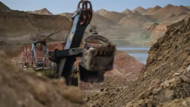 Tato oblast byla vytěžena buaxite, hliníku a jiných minerálů. Nerostů. Provoz dolu. Bauxit lomu v noci