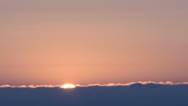 Překrásný východ slunce přes plovoucí mraky.