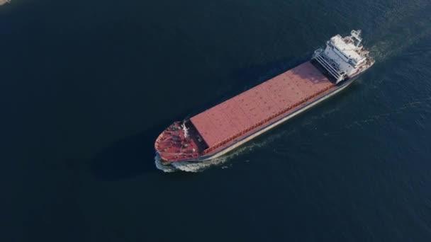 Felülnézet úszó teherhajó